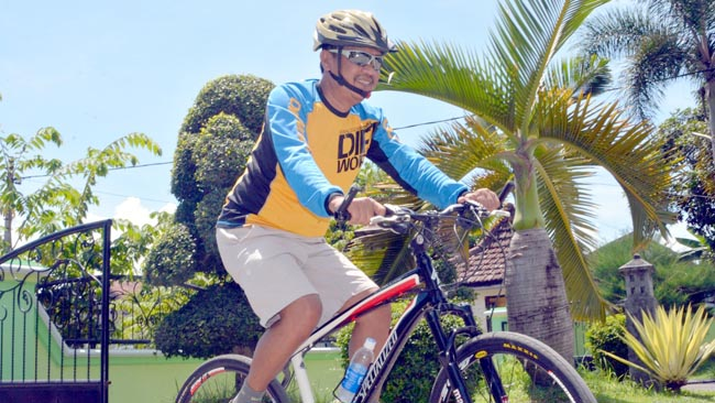 Rajin Olahraga, Achmad Dafir Bersepeda hingga ke Pasir Putih