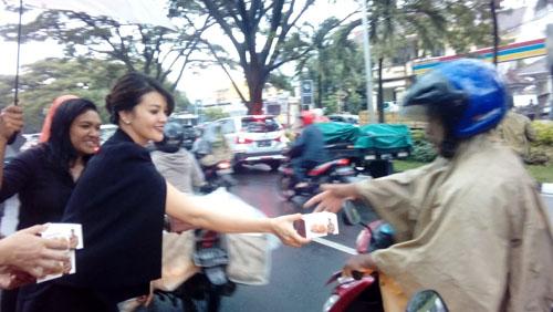 Farah Queen membagikan kue dalam kotak kepengguna Jalan Soehat, Kota Malang (memontum/man)